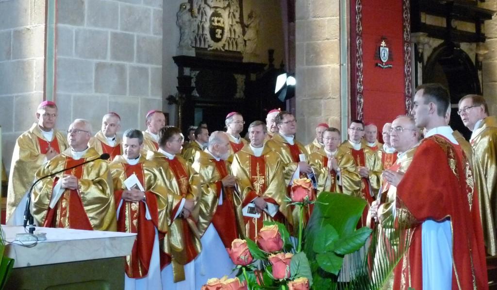 Zahlreiche Bischöfe und andere kirchliche Würdenträger nahmen an dem dreistündigen Festakt mit Gottesdienst teil.     Foto: Höck