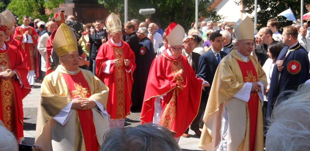 Einzug der Bischöfe in die Kathetrale von Gniezno.   Foto: Forster