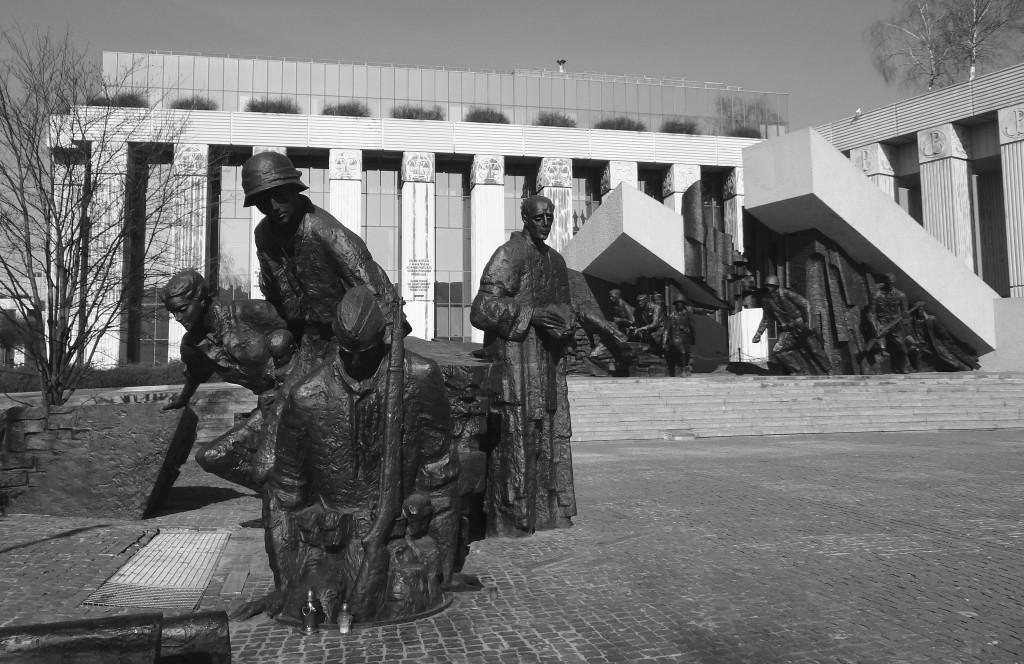 Das Mahnmal zum Gedenken an den Warschauer Aufstand vor dem Gebäude des Appellationsgerichts. Gleich daneben befindet sich der Sitz des Verbandes der Aufständischen.  Foto: Kumpf