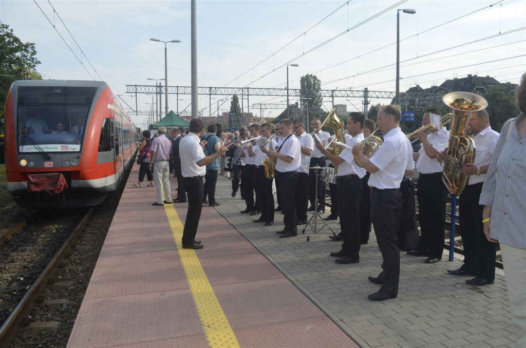 Eine Musikkapelle begrüßte in Poznań den einfahrenden Sonderzug.