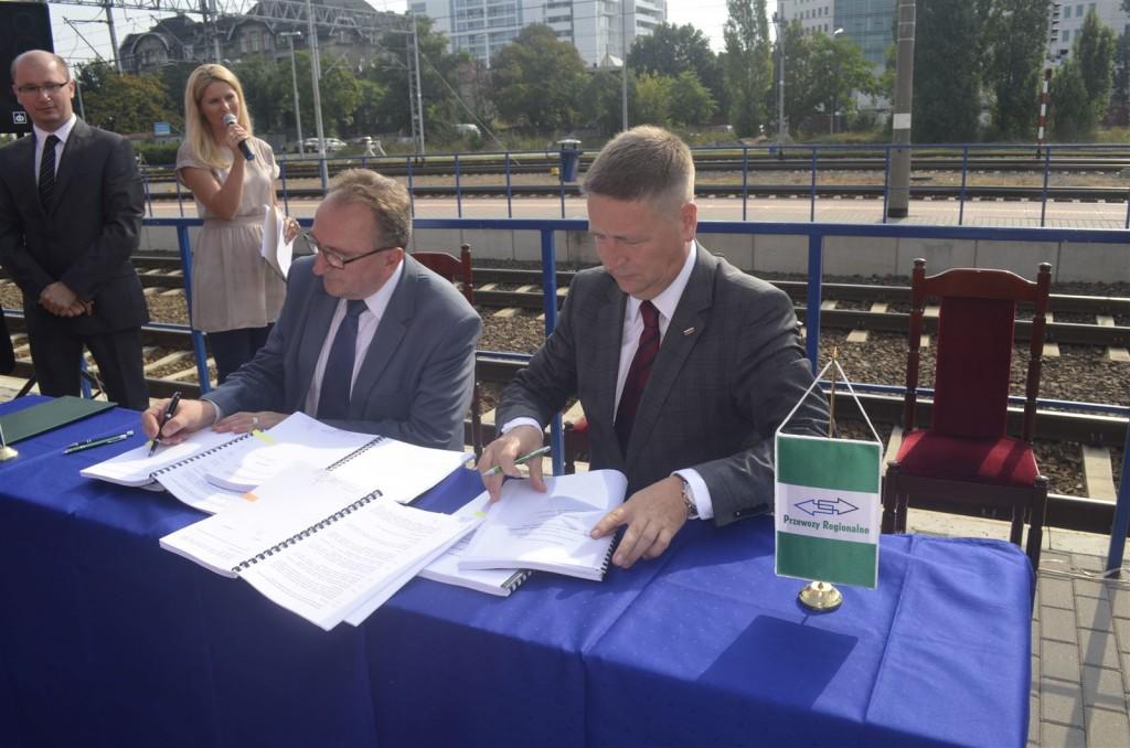 Vertragsunterzeichnung zum Start der neuen Zugverbindung: Tomasz Pasikowski, Vorstandsvorsitzender PR (rechts) und Wojciech Jankowiak, Vizemarschal Wielkopolski.