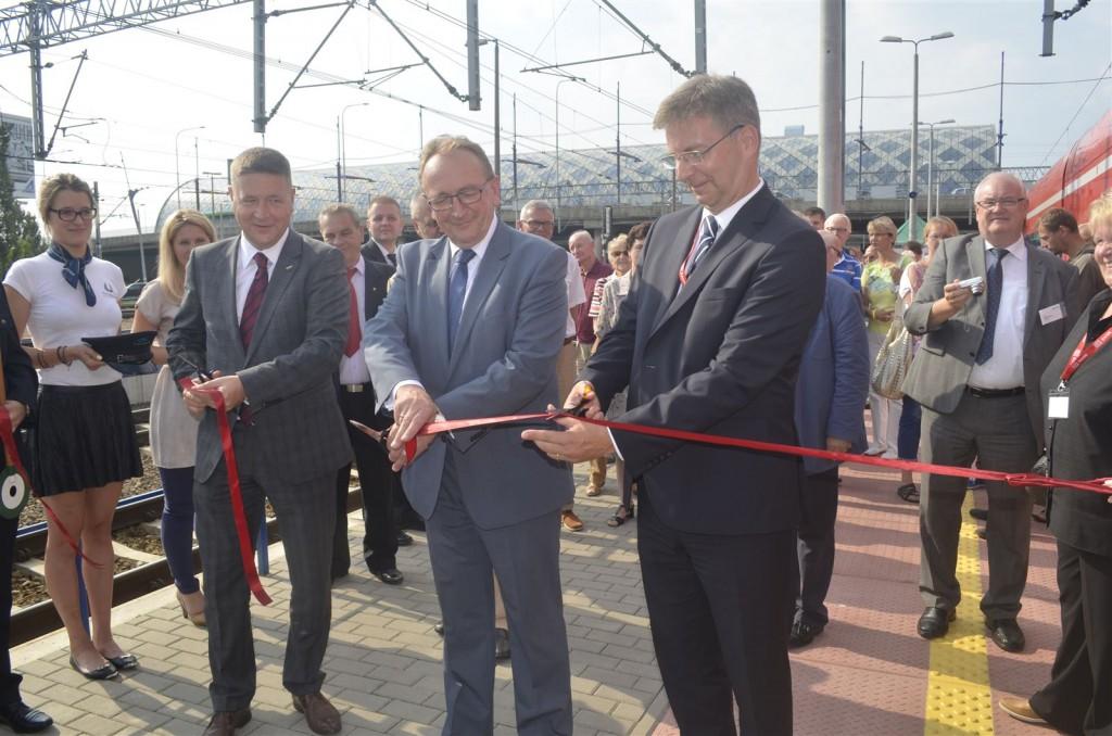 Zur Eröffnung der Verbindung wurde das obligatorische Band durchschnitten von links: Tomasz Pasikowski, Vorstandsvorsitzender PR, Wojciech Jankowiak, Vizemarschal Wielkopolski und Andreas Zylka, DB Regio.