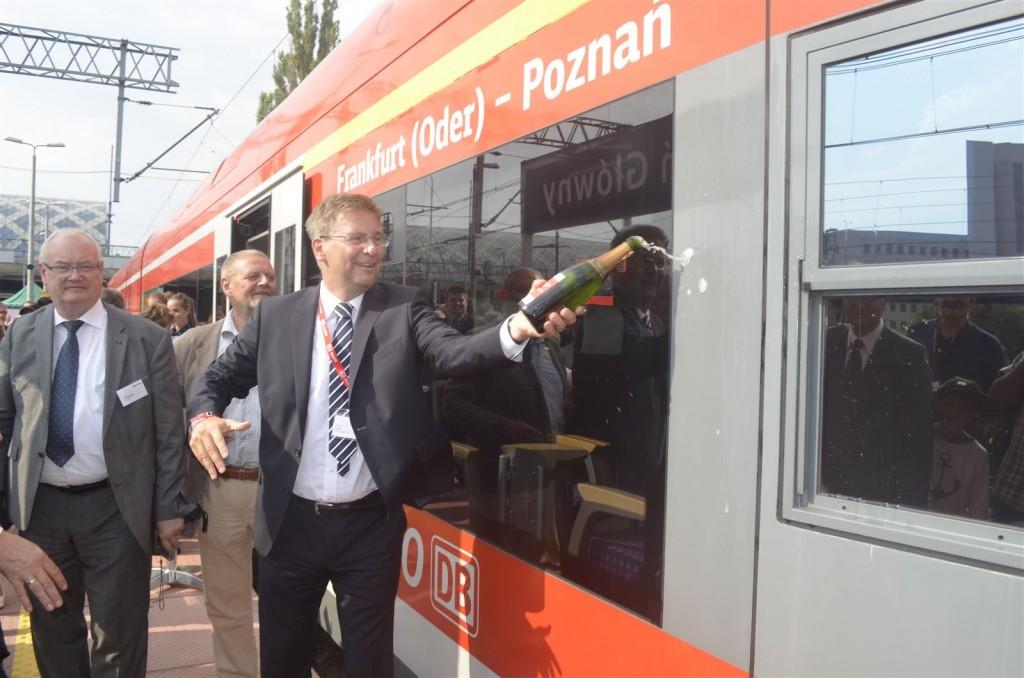Andreas Zylka tauft den Zug in Poznań mit Champagner.