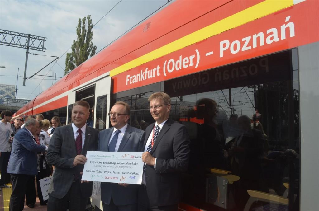 Anlässlich der Eröffnungsfahrt wurde ein Zuglaufschild von den Ehrengästen in Poznań unterschrieben.