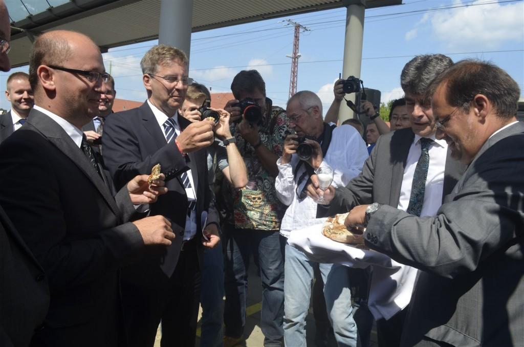 Brandenburgs Verkehrsminister Jörg Vogelsänger undFrankfurts OB Martin Wilke (von rechts) begrüßen ihre Gäste mit Brot und Salz.
