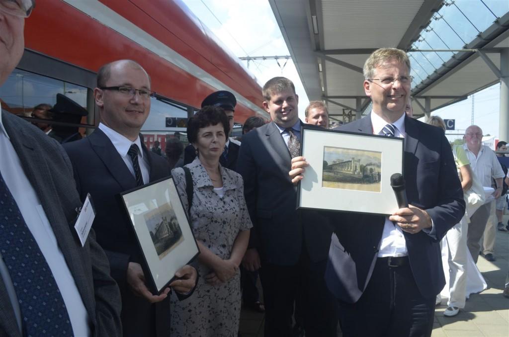 Gastgeschenk von Frankfurts OB Wilke für Krzysztof Pawlak, PR, und Andreas Zylka, DB Regio: Jeweils eine Abbildung des Frankfurter Bahnhofs aus dem Jahr 1840.