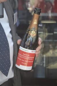 Die Frankfurter hatten sich etwas besonderes einfallen lassen: Ein Champagner zur Zugtaufe mit eigenem Etikett für diesen besonderen Tag.