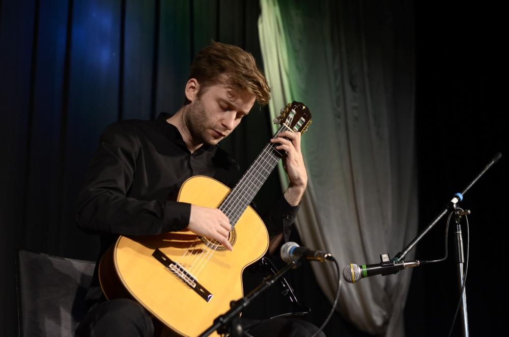 Konzertgitarrist Jerzy Chwastyk gestaltete den kulturellen Teil der Veranstaltung.