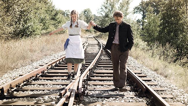 Der 17-jährige Romek (FILIP PIOTROWICZ), dessen Vater im Krieg getötet wurde, arbeitet als Heizer bei der Eisenbahn. Gemeinsam mit der 16-jährigen Nachbarstochter Franka (URSZULA BOGUCKA) genießt er die Idylle des Sommers: die Sonne, die Natur – Romek ist verliebt.  Foto: Robert Palka